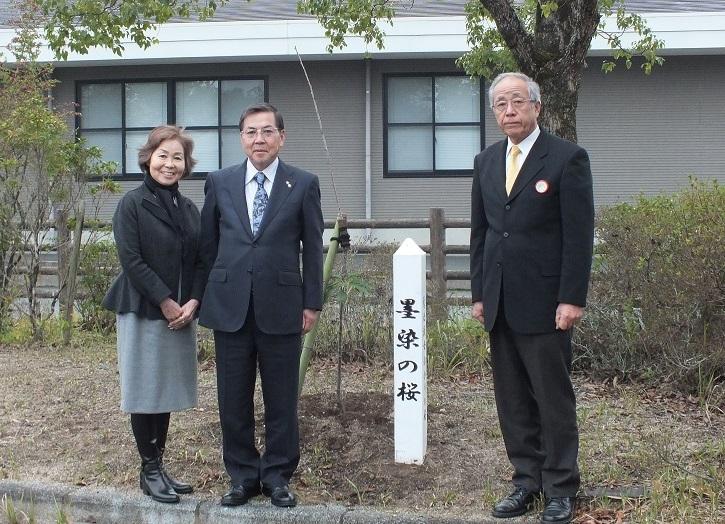 墨染の桜を植樹した際の記念写真