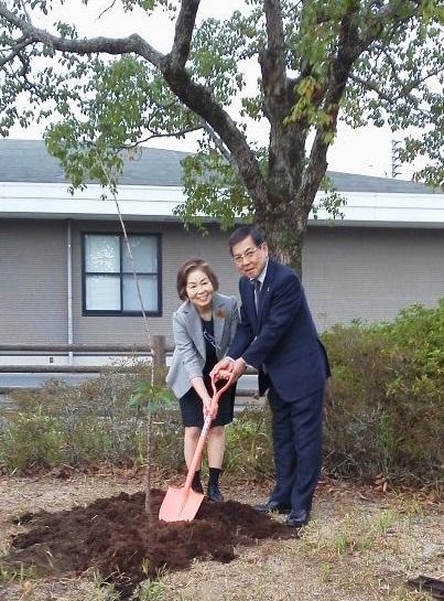 墨染めの桜を植樹する様子の写真