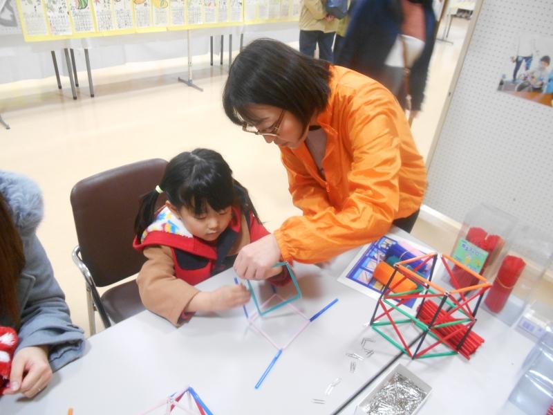ストローハウスを作っている子供1人の写真