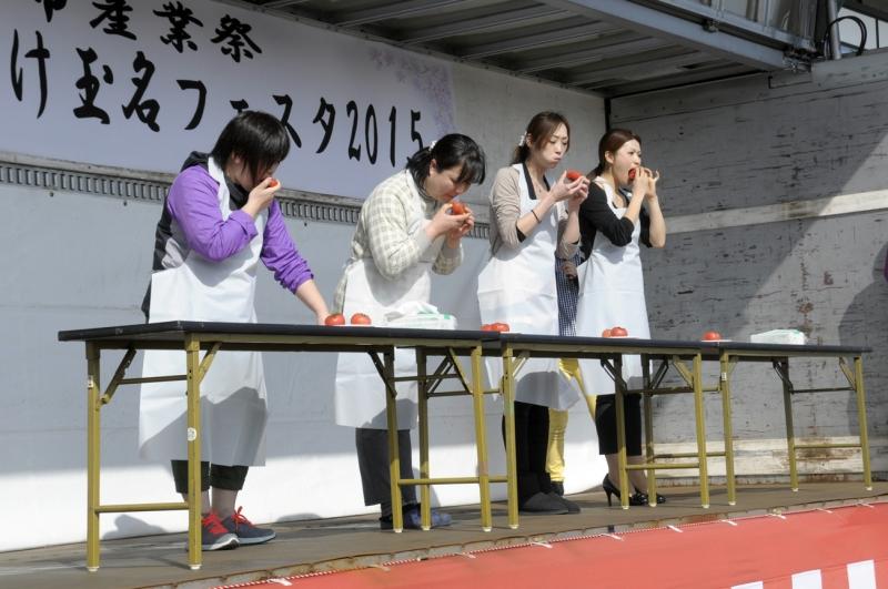 トマトの早食い競争の様子の写真4枚目